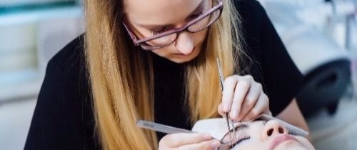 Wimpernverlängerung – was genau ist es eigentlich?  Wie der Name bereits sagt, werden den Wimpern durch eine Wimpernverlängerung mehr Länge, aber auch mehr Volumen verliehen. Dabei arbeiten wir mit künstlichen Wimpern. Diese kosmetische Methode benötigt jedoch etwas Zeit, nehmen Sie sich diese also, wenn Sie uns für eine solche Behandlung besuchen. Doch der Zeitaufwand lohnt sich!  Bei einer Wimpernverlängerung werden die feinen künstlichen Wimpern einzeln aufgeklebt, wobei es in Ihrer Hand liegt, ob mehr Länge oder Volumen als Endergebnis erreicht werden soll. Je nachdem verändert sich die Anzahl der künstlichen Wimpern.